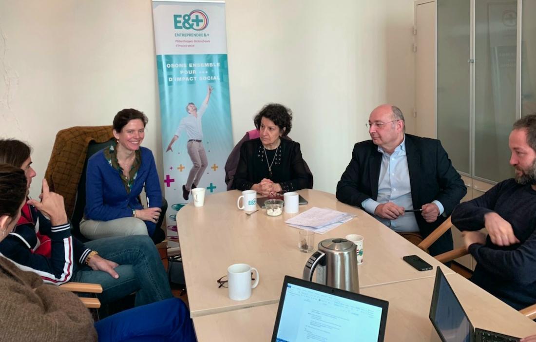 Participants à l'impact session réunis autour d'une table