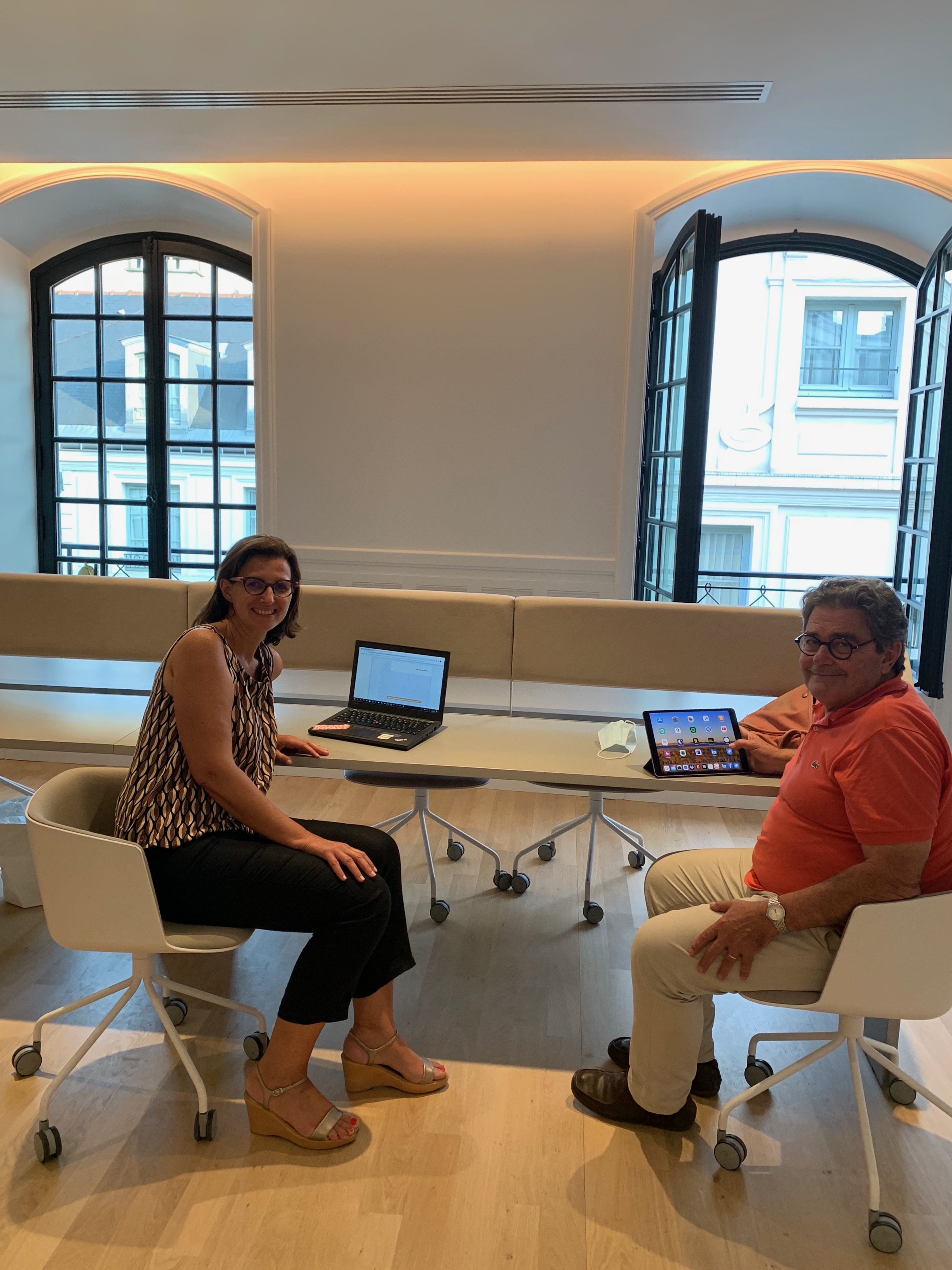 Florence Casalis, Directrice Développement & Philanthropie et Philippe Vayssettes, entrepreneur philanthrope, trésorier d'Entreprendre&+ en train d'échanger sur notre stratégie de développement.